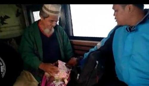 인도네시아 거지 가방 안에서 발견된 1630만원어치 돈뭉치. [연합뉴스]