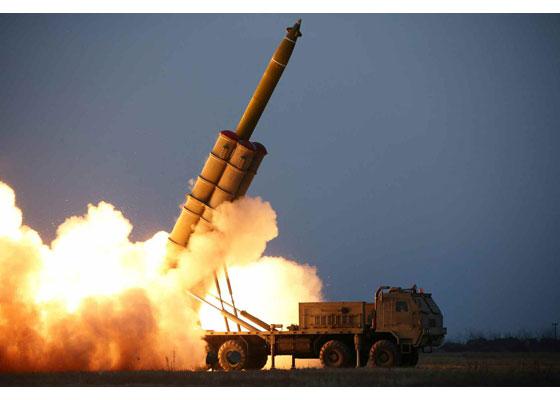 북한이 지난달 28일 함남 연포에서 초대형 방사포를 쏘고 있다. [사진 노동신문]