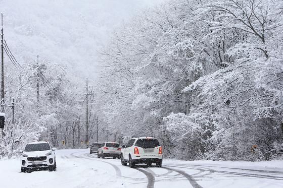 강원 산간에 대설주의보가 내려진 지난달 28일 눈이 내려 쌓인 인제군 북면 용대리 미시령 옛길 입구. 2일 밤부터 충남과 전북 내륙지역에는 3~8cm의 눈이 내려 쌓일 것으로 보여 대설 예비특보가 내려졌다. 아침 날씨가 쌀쌀해, 내린 눈이 얼면서 출근길 교통안전에 유의해야 한다. [연합뉴스]