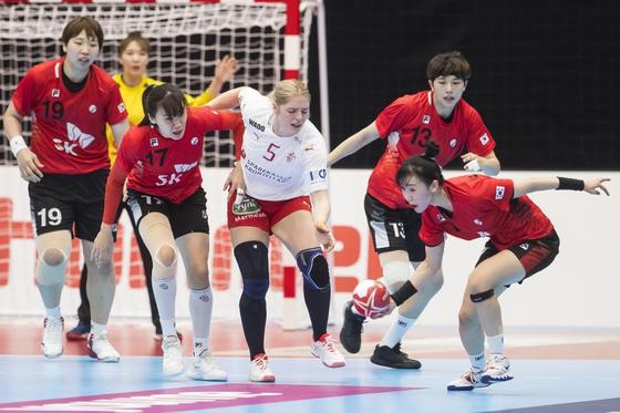 세계선수권대회 조별리그 2차전에서 덴마크와 치열한 볼 다툼을 벌이는 우리 선수들. [사진 세계핸드볼연맹]