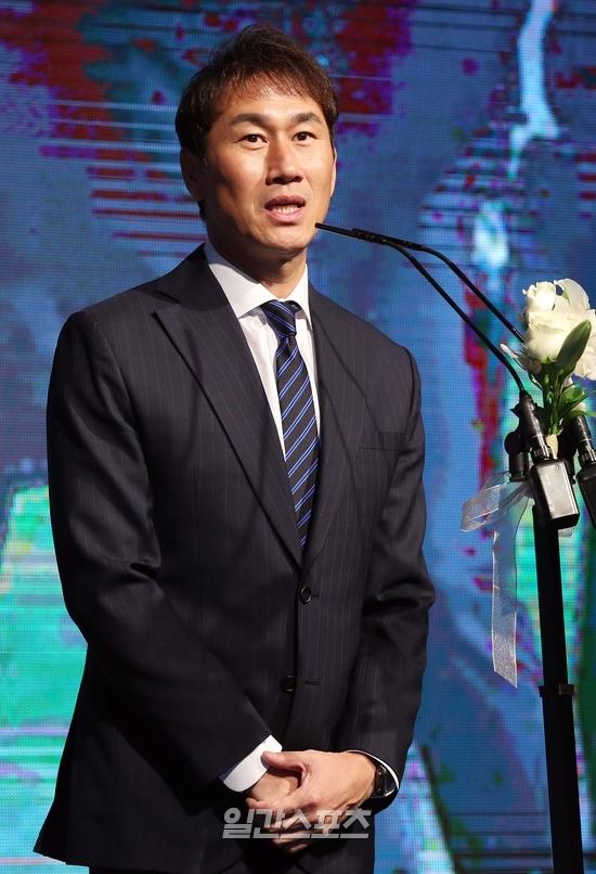 2일 열린 2019 하나원큐 K리그 시상식. 베스트포토상을 수상한 유상철 인천 감독이 소감을 말하고 있다. 김민규 기자