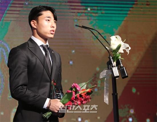 2일 열린 2019 하나원큐 K리그 시상식. K리그2 MVP를 수상한 부산 아이파크 이동준이 수상 소감을 밝히고 있다.