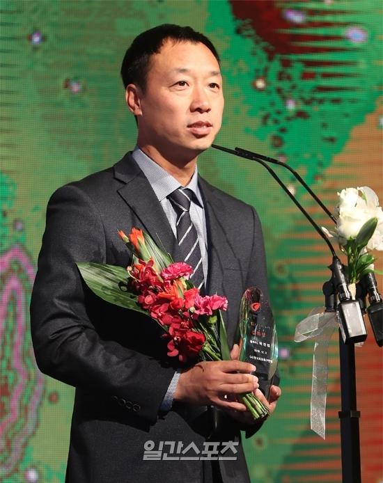 광주FC 박진섭 감독이 K리그2 감독상을 수상하고 소감을 밝히고 있다.