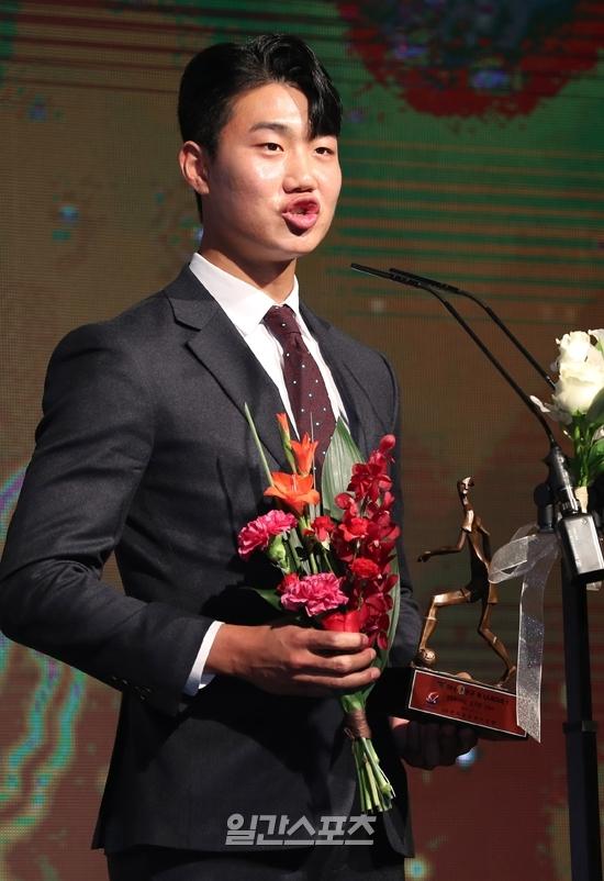 2일 열린 2019 하나원큐 K리그 시상식. 강원 김지현이 K리그1 영플레이어상을 수상하고 소감을 밝히고 있다.