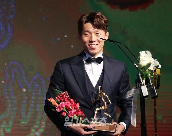 2일 열린 하나원큐 K리그 시상식. K리그1 MVP를 수상한 김보경이 소감을 밝히고 있다. 김민규 기자