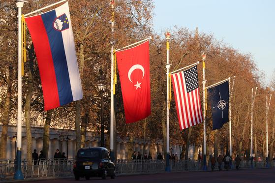2일(현지시간)영국 런던에 NATO 정상회의를 기념해 NATO 회원국 깃발이 걸려있다.[로이터=연합뉴스]