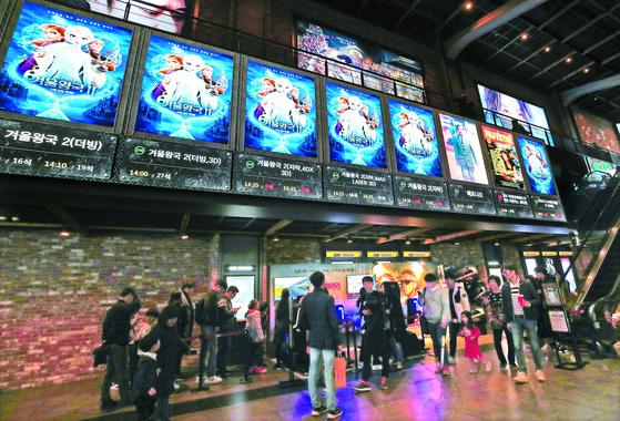 디즈니 애니메이션 '겨울왕국 2'가 초고속 흥행 중이다. 사진은 개봉 첫 주말인 지난달 24일 서울 시내 한 영화관의 모습. [연합뉴스]