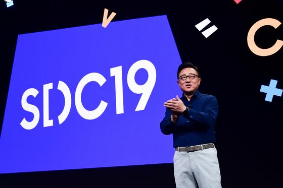 지난 10월 미국 캘리포니아주 새너제이 컨벤션 센터에서 열린 '삼성 개발자 콘퍼런스 2019'에서 삼성전자 IM부문장 고동진 사장이 기조 연설을 하고 있다. [사진 삼성전자]