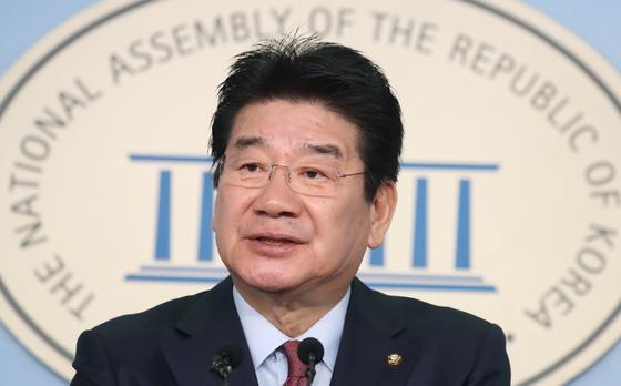 강석호 자유한국당 의원이 3일 서울 여의도 국회 정론관에서 원내대표 출마선언 기자회견을 하고 있다. [뉴스1]