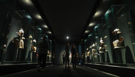 국립중앙박물관의 '가야본성-칼과 현' 특별전. 가야의 철제 투구와 갑옷이 전시돼있다. [연합뉴스]