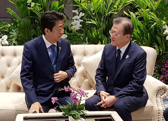 문재인 대통령과 아베 신조 일본 총리. [청와대 제공]