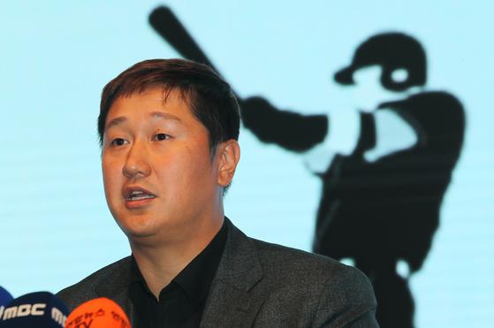 이대호 한국프로야구선수협회 회장이 총회가 끝난 뒤 기자회견을 하고 있다. [연합뉴스]