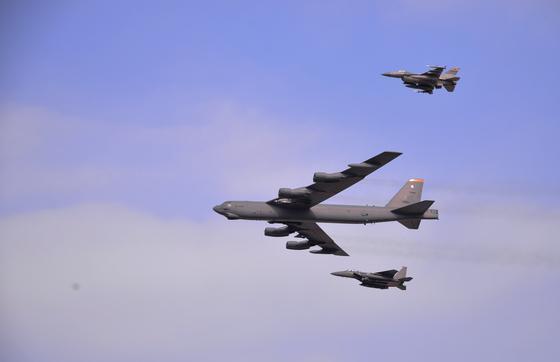 2016년 1월 북한의 4차 핵실험 직후 미 전략폭격기 B-52 한 대가 한국 공군 F-15, 미 공군 F-16 전투기와 함께 군사분계선(DMZ)을 따라 위협 비행을 벌였다.[미 공군]