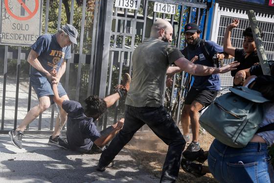 1일(현지시간) 칠레 대통령 사저 인근에 사는 부유층과 시위대가 몸싸움을 벌이고 있다. 시위대는 이날 칠레 대통령의 70회 생일을 맞아 '불행한 생일'을 만들기 위해 대통령 사저로 향하던 중 이들과 맞섰다. [AFP=연합뉴스]