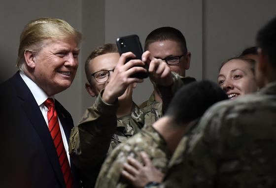도널드 트럼프 미국 대통령이 추수감사절인 지난달 28일 아프가니스탄 미군 기지를 방문해 군인들과 셀카를 찍고 있다. [AFP=연합뉴스]