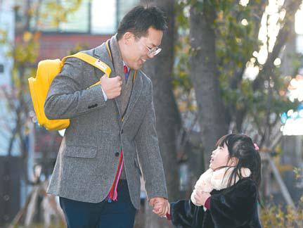 딸을 등원시키고 있는 강세원 차장.