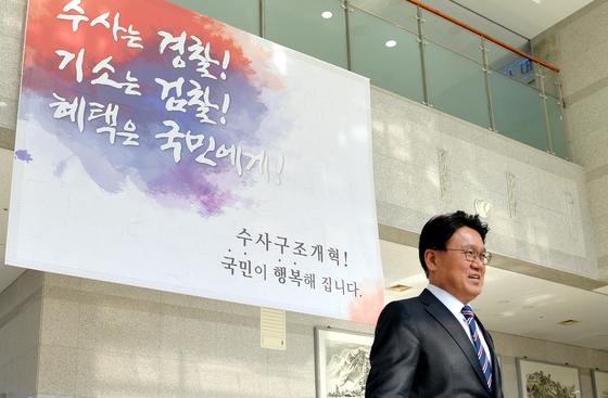 황운하 대전지방경찰청장이 2일 점심식사를 하기 위해 청사 로비를 나서고 있다. 프리랜서 김성태