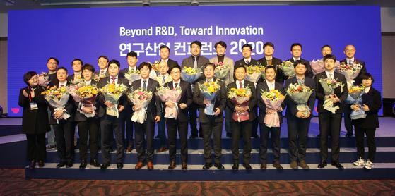 '연구산업 컨퍼런스 2020'수상자 단체사진.