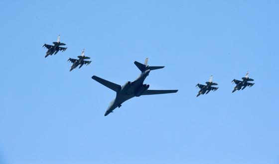미국의 초음속 전략폭격기인 B-1B가 2017년 9월 13일 경기도 오산공군기지 상공에서 F-16 전투기 4대의 호위를 받으며 작전을 수행하고 있다. 한미 군당국은 북한의 5차 핵실험에 강력한 대북 무력시위 차원에서 전략무기를 순차적으로 전개했다.[중앙포토]