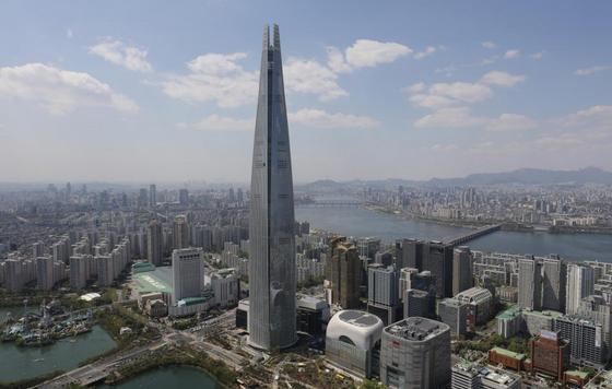 국내 최고층 건물인 잠실 롯데월드타워. 123층 555m 높이다. 이 건물 44~70층에 초대형 초고가 오피스텔인 시그니엘 레지던스가 들어서 있다.