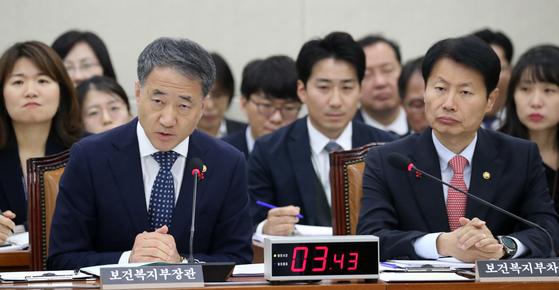 박능후 보건복지부 장관이 2일 서울 여의도 국회에서 열린 복지위 전체회의에서 의원질의에 답변을 하고 있다.[뉴스1]