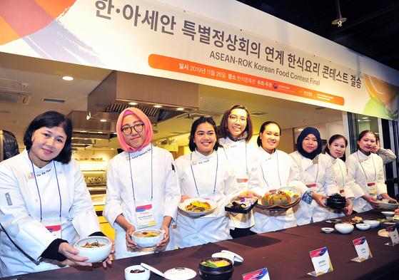 8개국에서 온 '2019 한-아세안 한식요리 콘테스트' 결승 참가자들. 이번 대회 주제는 '쌀을 이용한 한식요리'였다. [사진 한식진흥원]