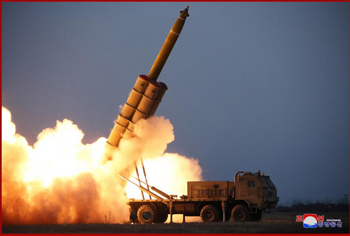 북한이 김정은 국무위원장의 참관 하에 초대형 방사포 연발시험사격을 진행했다고 지난달 29일 조선중앙통신이 보도했다. [연합뉴스]