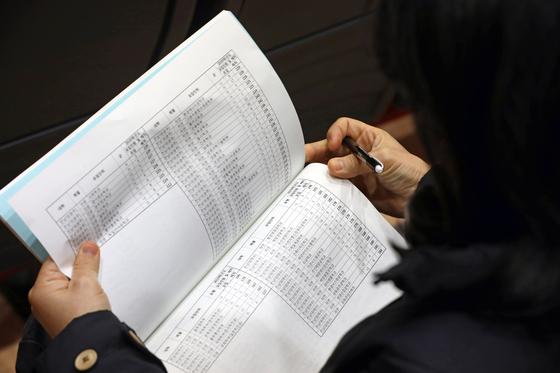 19일 오후 광주 서구 학생독립운동기념회관 2층 강당에서 열린 2020학년도 대학수학능력시험 가채점 결과 분석 설명회에 참석한 수험생 학부모들이 책자를 살펴보고 있다. [뉴스1]