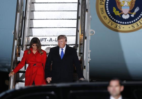 도널드 트럼프 미국 대통령(오른쪽)과 부인 멜라니아 여사가 북대서양조약기구(NATO) 정상회의에 참석하기 위해 2일(현지시간) 영국에 도착해 에어포스원에서 내리고 있다.[AP=연합뉴스]