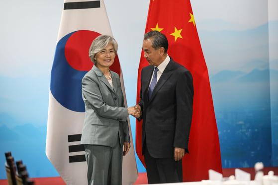 강경화 외교부 장관이 8월 20일 중국 베이징에서 왕이 중국 국무위원 겸 외교부장과 회담을 갖고 기념촬영을 하고 있다. [뉴스1=외교부 제공]