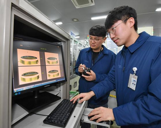 현대모비스 직원들이 경기도 평택 포승공장에서 딥러닝 분석 기법을 활용해 전동조향장치(MDPS)의 센서 품질을 검사하고 있다. [사진 현대모비스]