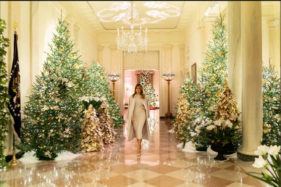 도널드 트럼프 미국 대통령 부인 멜라니아 트럼프 여사가 2일(현지시간) 자신의 트위터에 백악관 크리스마스 트리 장식을 소개했다. [사진 멜라니아 트위터]