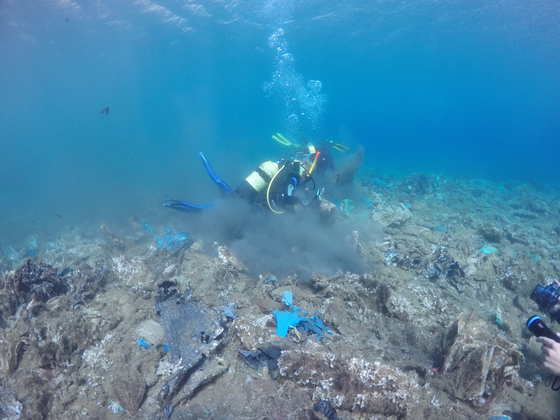 환경단체 에게레브레스 소속 잠수부가 지난 달 30일 그리스의 자킨토스 섬 앞바다에서 쓰레기를 수거하고 있다. [AFP=연합뉴스]