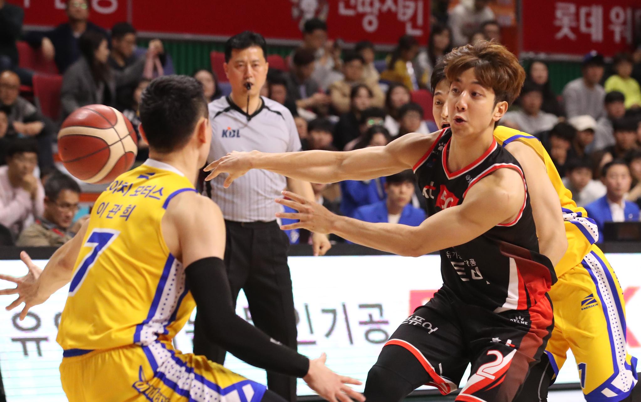 3일 부산 사직실내체육관에서 열린 서울 삼성 경기에서 부산 KT 허훈(가운데)이 패스를 하고 있다.[ 뉴스1]