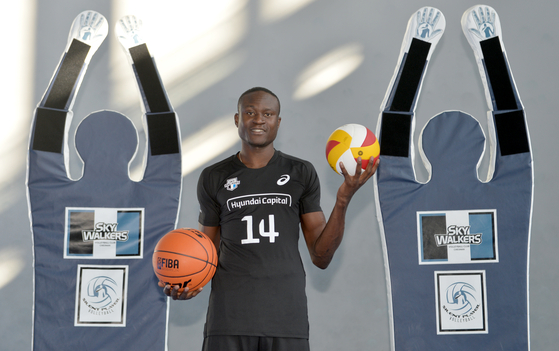 농구 선수 출신이었던 다우디는 대학에 입학하면서 뒤늦게 배구를 시작했다.
