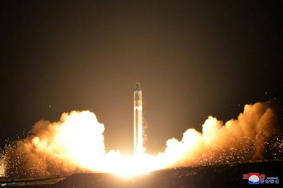 북한이 지난 2017년 11월 29일 대륙간 탄도미사일(ICBM) '화성-15'를 발사하고 있다. 북한은 직후 핵무기 개발 성공을 주장했다. [사진 조선중앙통신]