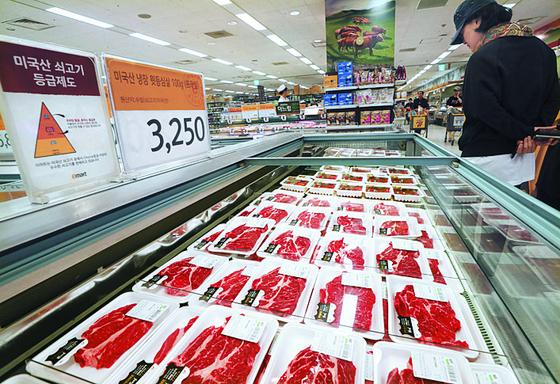 서울 한 마트의 미국산 쇠고기 코너. [연합뉴스]