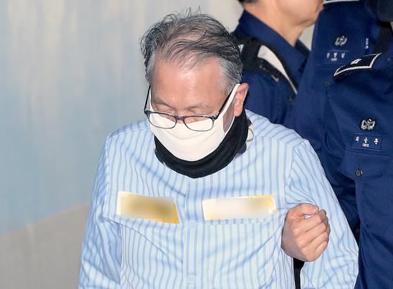 지난 8월 세월호 보고 조작 혐의로 재판을 받으러 나온 김기춘 전 대통령 비서실장. [뉴시스]
