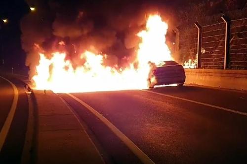 지난 10월 28일 오후 경기도 남양주시 서울양양고속도로 화도나들목 인근에서 BMW 5GT승용차에서 불이 났다. [연합뉴스]