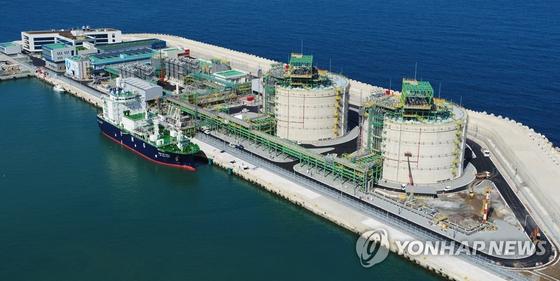 9월 제주시 애월읍 애월항 한국가스공사 LNG인수기지에 LNG 수송선 SM제주 LNG 1호(3300t급)가 처음으로 입항해 정박해 있다. [연합뉴스]