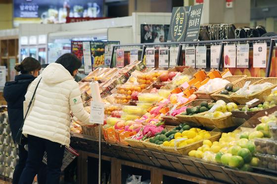 지난달 소비자물가가 4개월 만에 소폭 오름세로 돌아섰다. 2일 서울의 한 대형마트 과일 코너에서 고객들이 물건을 고르고 있다. [연합뉴스]