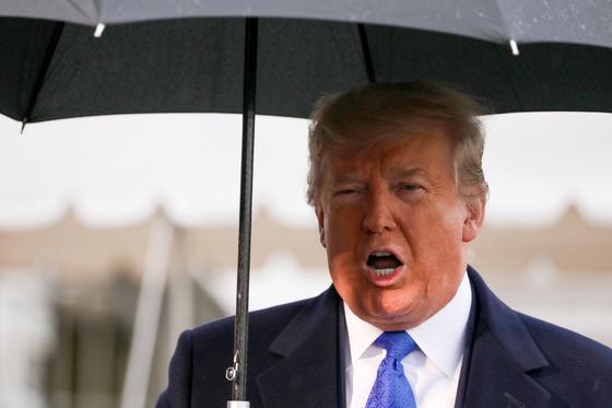 도널드 트럼프 미국 대통령이 2일(현지시간) NATO 정상회의 참석차 백악관을 떠나기 직전 기자들과 문담을 주고 받고 있다.[로이터=연합뉴스]