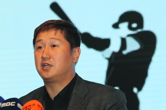 지난 2일 이대호 한국프로야구선수협회장이 총회 결과를 밝히고 있다. 연합뉴스 제공