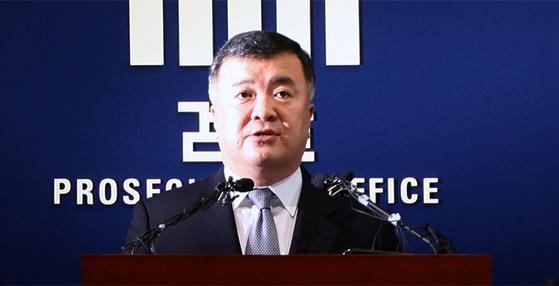 2009년 6월 이인규 전 대검찰청 중앙수사부장이 검찰 브리핑을 하고 있다. [중앙포토]
