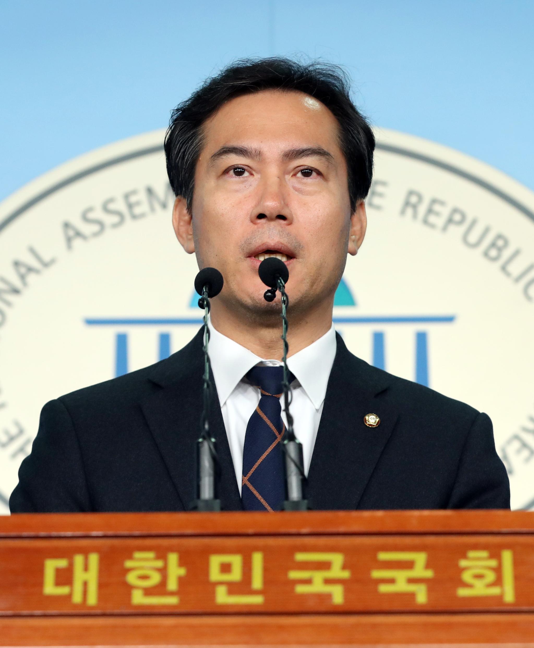 자유한국당 3선 의원인 김영우 의원이 4일 오전 서울 여의도 국회 정론관에서 불출마 기자회견을 하고 있다. [연합뉴스]