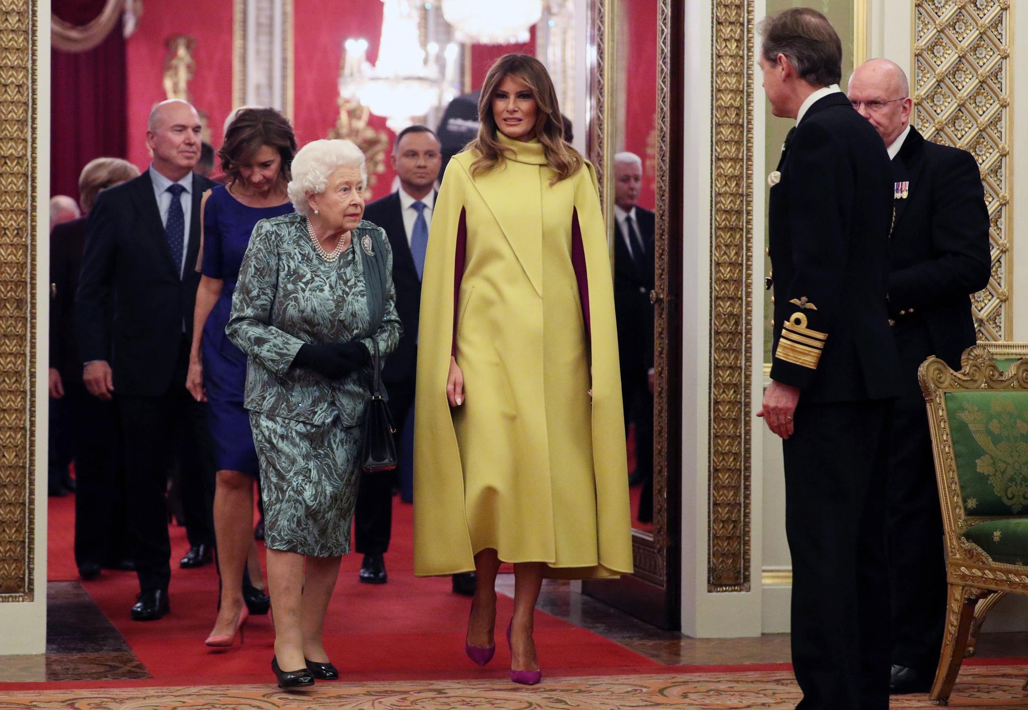 도널드 트럼프 미국 대통령의 부인 멜라니아 트럼프 여사(앞줄 왼쪽 둘째)가 3일(현지시간) 나토 정상회의에 앞서 런던 버킹엄궁에서 엘리자베스 2세 여왕 주최 리셉션에 여왕(앞줄 왼쪽)과 함께 참석하고 있다. [EPA=연합뉴스]