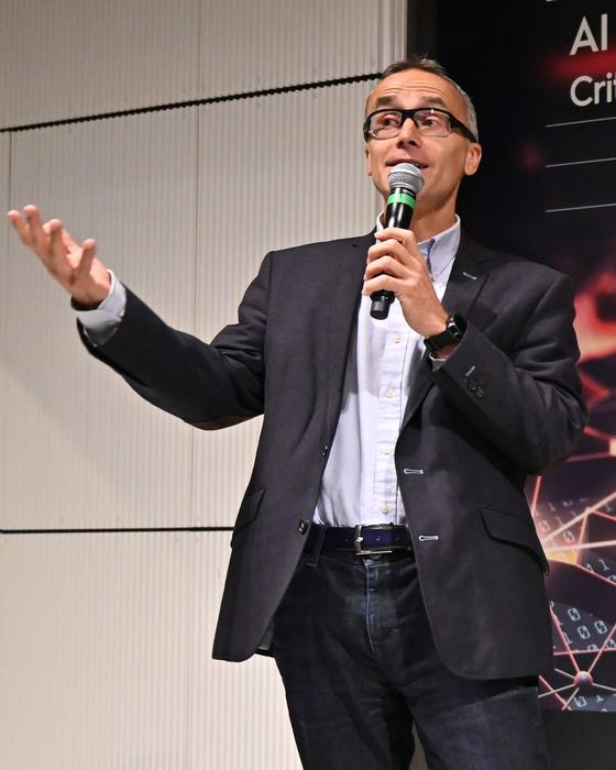 지난달 프랑스 파리에서 열린 크리테오 AI 연구소 기념행사에서 J.B.뤼델 크리테오 대표가 발표하고 있다. 크리테오는 지난해 AI 연구소를 설립해 학계와의 연계를 강화하고 있다. [사진 크리테오]