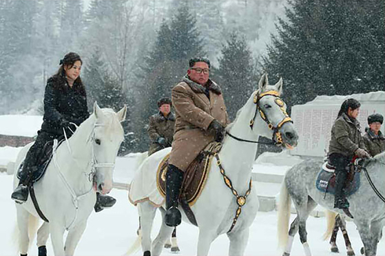 김정은 북한 국무위원장이 군 간부들과 함께 군마를 타고 백두산에 올랐다고 조선중앙통신이 4일 보도했다. 김 위원장이 군 간부들과 함께 백마를 타고 있다. 김 위원장 오른쪽에 부인 이설주 여사도 보인다. [노동신문]