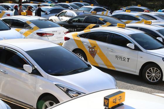 지난 4일 오후 대구 수성구 지산동 대구시교통연수원 입구에서 카카오T블루 발대식이 열릴 예정이었지만 택시 노조의 반대로 취소됐다. 행사장에 들어가지 못한 카카오 택시가 주차장에 대기하고 있다.[뉴스1]