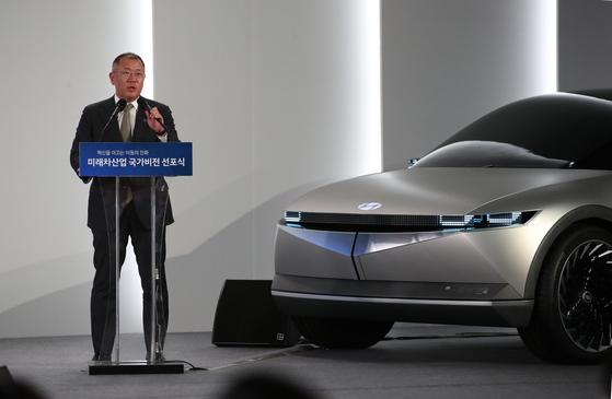 지난해 스마트 모빌리티 솔루션 기업으로 변신하겠다고 선언한 정의선 현대자동차그룹 수석부회장의 미래 계획이 구체화하고 있다. 현대차그룹이 4일 발표한 '2025 전략'은 첫번째 포서이다. 지난 10월 미래차 산업 국가비전 선포식에서 발표하는 정 수석부회장. [청와대사진기자단]